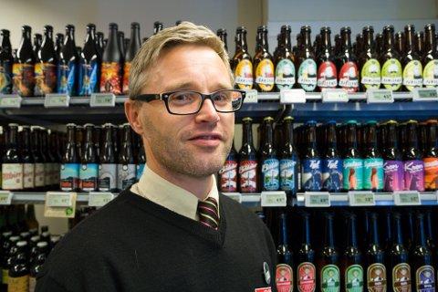 GLER SEG: Dagleg leiar Eirik Hjelmbrekke i Spar Jølstraholmen ser fram til å starte nettbutikken i januar, og er spent på kor populær den vil bli.