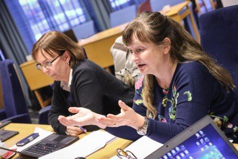 BAD OM UTSETTING: – Vi treng ikkje ta denne striden no, sa Åshild Kjelsnes (Ap). T.v. partifellen Helen Hjertaas.