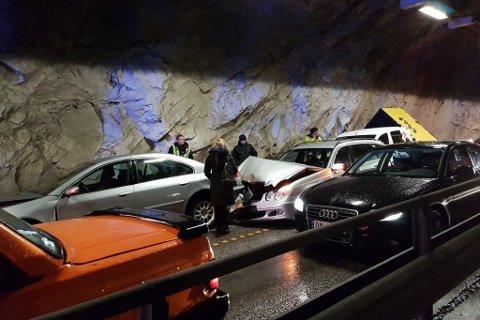 KEJDEKOLLISJON: Fem bilar var involverte i kjedekollisjonen