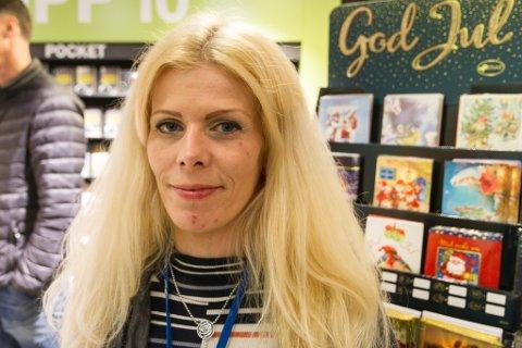 MANGLA BØKER: Butikksjef Ann-Katrin Olsen håpar dei som tok med seg Lothepus-biografien utan å betale kjem og gjer opp for seg.