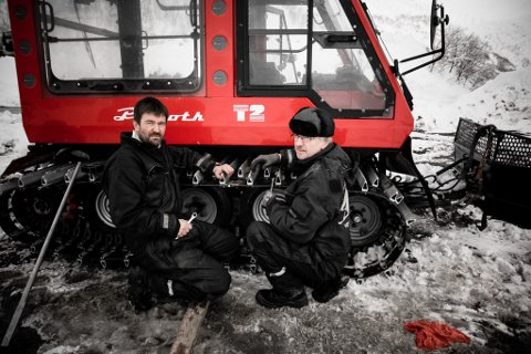 FRIVILLIGE: Åge Nesheim (t.v.) og Dagfinn Thuland er to av dei 30 som gjer ein innsats for Siplo skisenter på Høyanger. Her monterer dei belte på trakkemaskina.