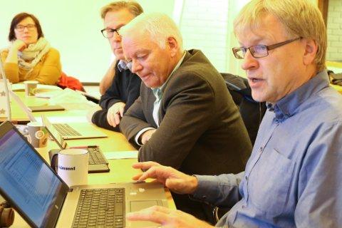 STORE KUTT: Rådmann Jan Kåre Fure (t.h.) skriv ut beisk medisin til dei folkevalde. Mot venstre; Svein Ottar Sandal (KrF), Arnfinn Brekke (KrF) og Hege Lothe (SV).