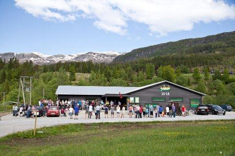OPNINGA UTSETT: Elin Haugen og resten av styret vil gå gjennom vareutvalet før nærbutikken på Kalland opnar igjen.