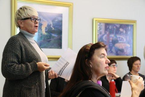 HARDE KUTT: Rådmann Ellen Jensen føreslår beinharde tiltak når Jølster kommune skal redusere driftskostnadne med ti millioanr kroner i 2018. I framgrunnen Judith Kapstad (V),