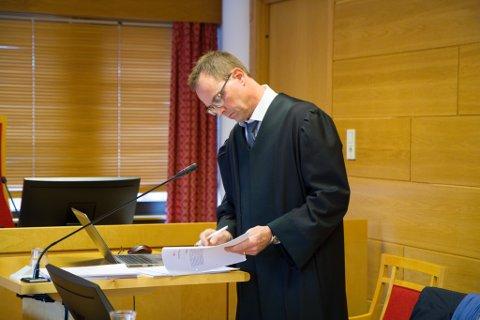 MILD STRAFF: Forsvarar Geir Michael Jesinsky meiner den tiltalte berre kan verte straffa for dei 3000 bilda han har erkjent straffeskuld for.