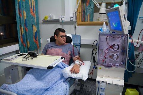 DIALYSE: Tre dagar i veka ligg Ølmheim på sjukehuset i timevis. Frå ein slange i armen går blodet ut av kroppen og inn i dialysemaskina som reinsar blodet hans, før det går tilbake i armen gjennom ein anna slange.