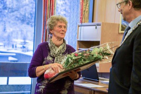 HEIDER: Ruth Gjelsvik tok imot Naustdalsprisen 2017 på vegner av Naustdal pensjonistlag, som ho er leiar for. Ordførar Håkon Myrvang (Ap) delte ut prisen under torsdagens kommunestyremøte.