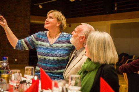 TREKANTDRAMA: Med kona på eine sida og mezzosopranen Christine Marøy på andre sida fekk Reite ein skikkeleg hyllest av kommunen.