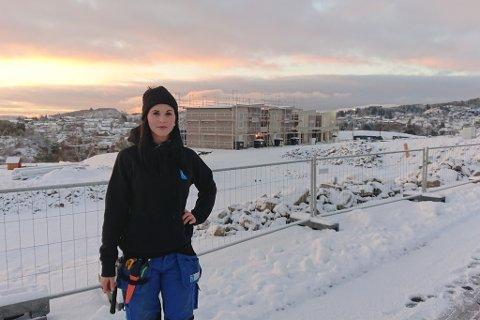 HAR MÅTTE TOLE MYKJE: Tømrar Janne Gjengedal fortel om ei svært tøff lærlingtid i Sunnfjord. No jobbar ho i Bergen.