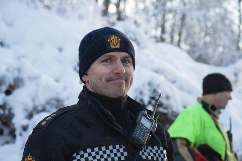 GIR ROS: Kåre Toreid, innsatsleiar i politiet, rosar innsatsen til brannmannskapa.