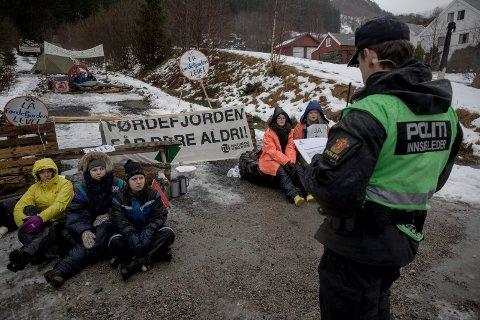 PROTESTAR: Planane om å dumpe gruveavfall i fjorden i samband med den planlagde rutilutvinninga har gjort Engebøprosjektet omstridd.   Aksjonistar frå Natur og ungdom lenka seg fast for å sperre vegen, då Nordic Mining starta prøveboring i februar 2016.