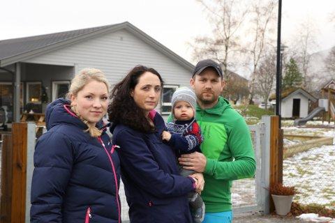 Utan barnehageplass Sandane. Frå v: Charlotte Rønne Holtan, Veronica Hauge med Lucas på armen og Magne Ravnestad.