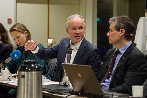 Kommunal- og moderniseringsminister Jan Tore Sanner og Førde-ordførar Olve Grotle