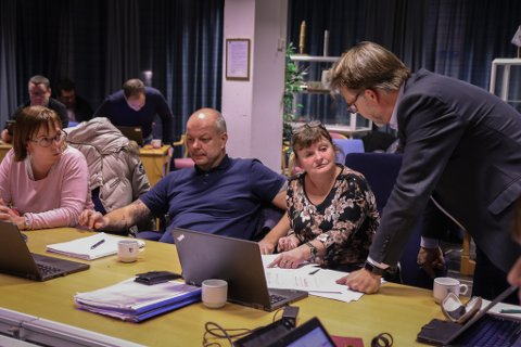 KYSTVEGPRAT: Høgres Bjørn Hollevik (t.h.) diskuterer vegprioriteringar med Ap-representantane i fylkesutvalsmøtet måndag kveld. F.v. Helen Hjertaas, Hilmar Høl og Åshild Kjelsnes