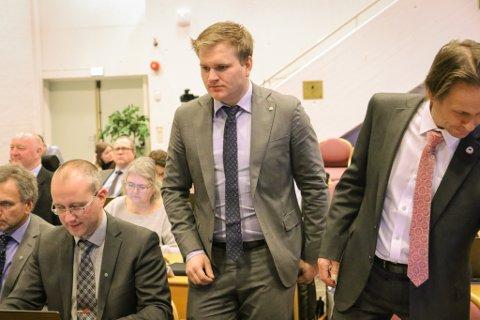 SLUTT PÅ OMKAMP: – No får vi gå i gang og få det beste ut av regionen, sa Sps Aleksander Øren Heen. T.v. partifellen Arnstein Menes, t.h. Aps Harald Bjarte Reite.
