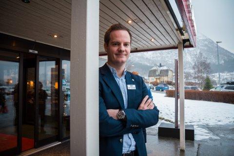 OPNAR: Thon Hotel Førde opnar igjen på måndag, etter nær halvannan månad med stengde dører. Hotelldirektør Sindre Saue Årdal håpar også å kunne opne Thon Hotel Jølster uti mai.