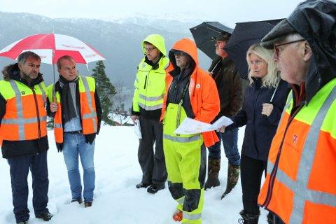 ORIENTERING:  Bodil Kidøy Lunde i Gravdal Prosjektutvikling (med kvitt ark i handa) orienterte naboar og politikarar om bustadplanane i Gravdalsholten, eller Nygjelshaugane som er namnet på prosjektet.
