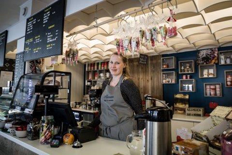 LÆRDOM: Pengane som kom inn på spleisen, var avgjerande for at kafeen kunne halde fram.– Det var inga god kjensle å be om hjelp, men det gjekk over all forventing. Eg har nok lært meg å be om hjelp etter denne erfaringa, seier Henriette Sætenes.