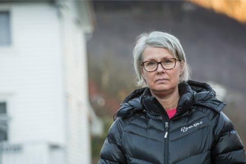 PROVOSERT: Heidi Johanne Bøyum reagerer på signala Solund kommune har gitt når dei går ut og varslar at eigarlause kattar skal fangast og skytast.– Det er veldig trist at det vert «rydda» opp av menneskelege omsyn, ikkje velferda til desse kattane, seier ho om den planlagde aksjonen som no blir utsett.