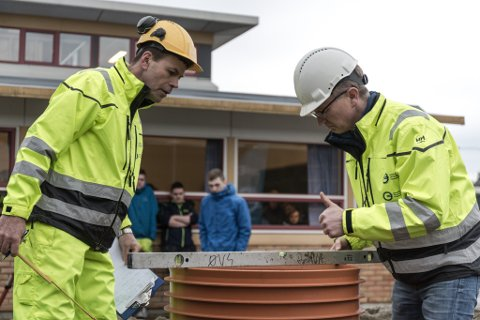 TOMMEL OPP: Fagdommarar Vidar Aase og Jan Erik Øygard sjekkar Silje Bakke Nesbø sine resultat i gravemaskinkonkurransen.