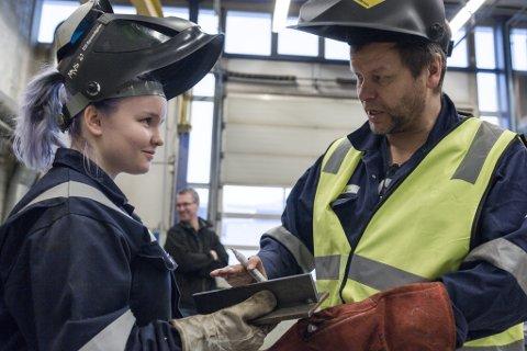 SVEIS: Mathilde Drage fra Måløy vidaregåande skule konkurrerte i sveising. Her i samtale med faglærar og verksmeister på Øyrane, Rolf Helge Myren.