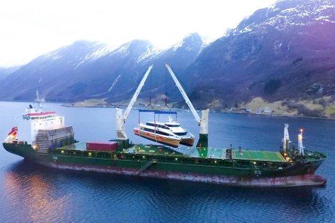 LASTA OMBORD: Eit svært lasteskip tok turen inn Hyenfjorden onsdag, lasta ombord hurtigbåten frå Hyen og reiste i retning Hong Kong fredag morgon.