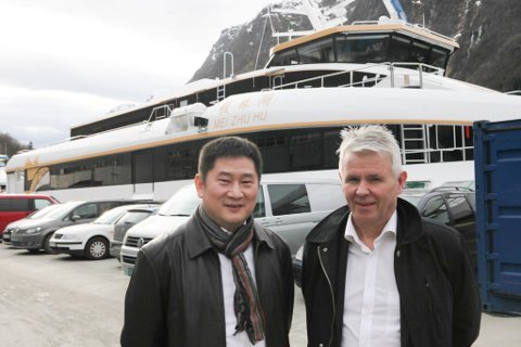 Styreleiar for Chu Kong Shipping, Xiong Gebing, saman med Tor Øyvin Aa, dagleg leiar for Brødrene Aa.