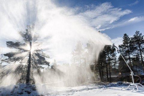 TIDDELI BOM: Snøkanonene gjekk for fullt på Langeland tidlegare denne månaden. Det vil dei truleg gjere i framtida også, i følge Vestlandsforsking.
