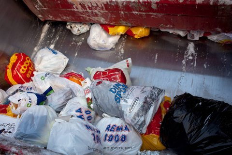 På tur med Reno-norden på oppdrag for sunnfjord miljøverk. Mange av dunkane er heilt nedsnødde og vert dermed ikkje tømt før over nyttår. Det kan være både helsefarleg og forseinkande å slite fulle dunkar over brøytekantar.  Med på turen er Svein Kåre Akse (med stor jakke) og Czeslaw Cozac (med briller)  TAGS boss søppel bossbil avfall container innsamling resirkulering  SUM
