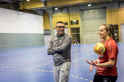 TRIVST BEST: – Eg er veldig interessert i spelarutvikling, fortel Odd Erik Gullaksen. Her er han i dialog med Jeanette Øksenberg under ei trening.