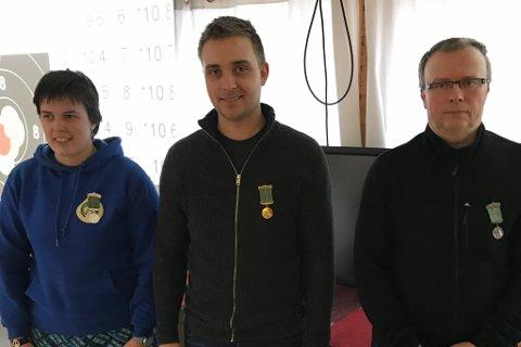 TOPP: Desse tre enda øvst på resultatlistene. Reidun Kristin Knapstad frå Florø (345 poeng), Vegard Solhaug frå Aurland (346 p) og Nils Holme frå Hyen (344 p).