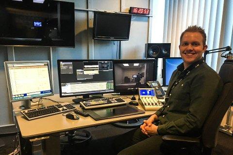Simon Solheim i redigeringsrommet til NRK.