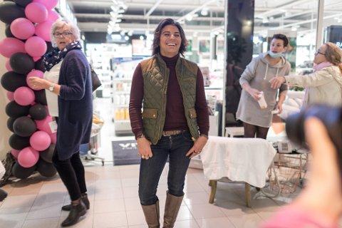 Det var mange som ville fotografere og helse på Hovudattraksjonen Erlend Elias Bragstad. Damenes Aften på Elvegården kjøpesenter i Førde.