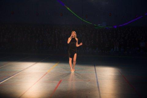 SOLONUMMER: Songar Alice Hugøy frå Florø leverte to songnummer i pausane, til stor begeistring frå publikum.