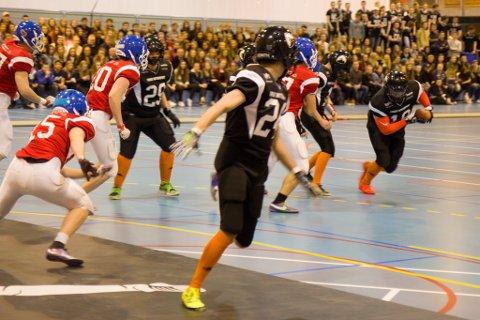 UNDER KAMPEN: Arena Touchdown er ein forenkla versjon av amerikansk fotball, der tanken er å gjere sporten meir publikumsvennleg for norsk publikum.