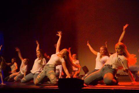 Jentene leverte suveren dans. Her: Iselin Thorsen, Grete Roska, Marte Tonning, Maria Ulltang, Anna Steen, Kristine Berg.