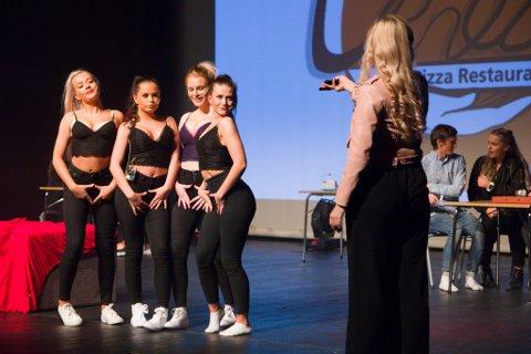 Førsteklassingane, også kjent som 00-modellane, fekk gjennomgå for sine Instagram-vaner og lettkledde antrekk. F.v.: Martine Kamme, Maia Dale, Vilde Lyssand, Frida Gamlestøl, Ida Fosse Fardal, Runar Vikum og Anna Steen.