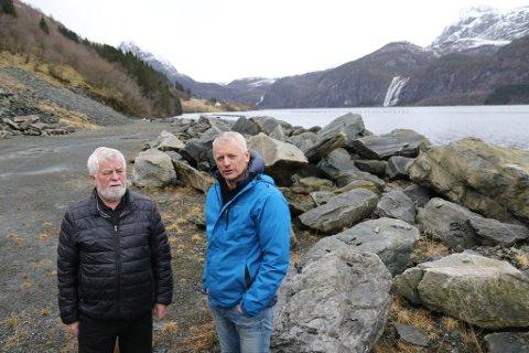 BYGGER: Frå denne steinfyllinga ved Dalsfjorden kan mykje tømmer bli skipa ut dei neste åra, fastslår Jostein Sylta og Helge Kårstad. Men først skal  det byggast eit kaianlegg med front på 86 meter.