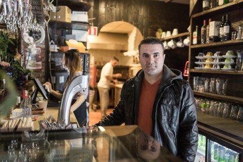 Amir Goran har halde på med restaurant, bilpleie og matbutikk i Førde – samstundes. Etter konkursane nøyer han seg no med å eige og drive pizzarestauranten Venezia.