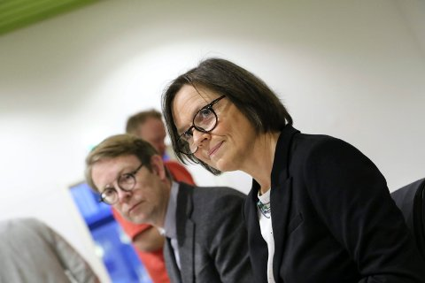 UNNABAKKE: Adm. dir. Jon Bolstad og styreleiar Agnes Landstad ser Helse Førde vere på veg tilbake mot økonomisk krise.
