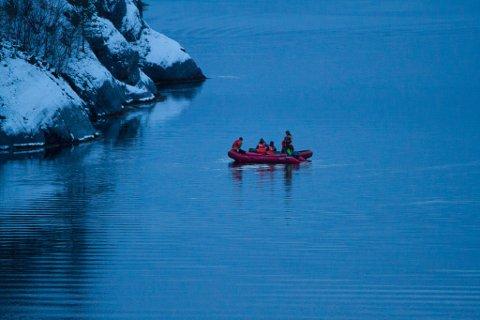 LEITAR: Ved Osen i Flora vert det leitt etter den sakna mannen. Her er ein av lettbåtane som deltek i søket.