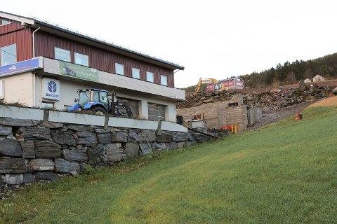 UTAN LØYVE: Bjarne Hole starta byggearbeidet utan å ha byggeløyve og har fått lovbrotsgebyr på 15.000 kroner frå kommunen.