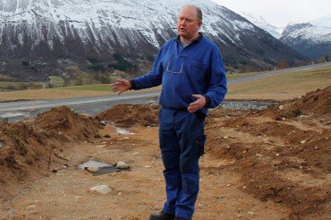 TILTALT: Bjarne Hole må møte i retten, tiltalt for å ha øydelagt eit nær 2000 år gammal kulturminne. Her i gravsjakta etter arkelogane sine registreringar.
