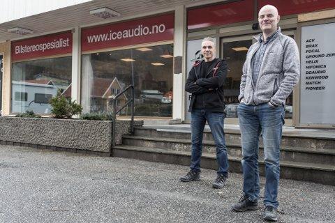 STENGER: I 2017 flytta Ice Audio AS frå Førde til det gamle Coop-bygget i Naustdal. Grossistverksemda skal halde fram i samme bygg. Bildet er frå opninga. Butikksjef Rune Buanes (til venstre) og dagleg leiar Bjørn Olav Erdal.