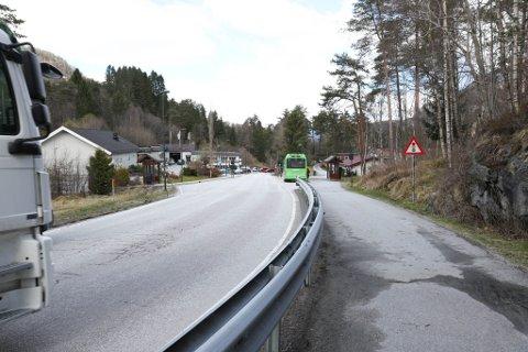 SKAL VEKK: Statens vegvesen vil fjerne signalanlegget og fotgjengarfeltet ved denne busstoppen i Halbrendslia når E39 får ein undergang litt lenger nede. (Arkiv)