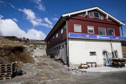 SAKA: Saka starta med at Bjarne Hole ville utvide verksemda si ovanfor Byrkjelo. No er han tiltalt for å grave i området mellom skråninga og husveggen, og dermed for å ha brote kulturminnelova.