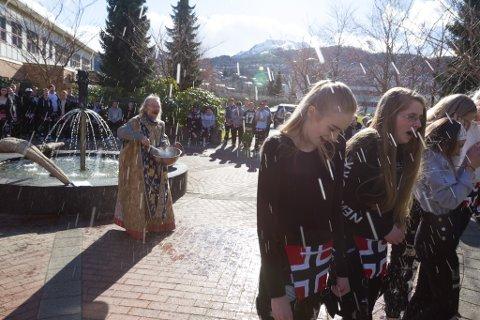 KALDT: Fritdjov Urdal storkoste seg med å skvette vatn på elevane Amalie Sjåstad, Eline Alden, Kamilla Strømmen, Rita Førde og Julie Tonning under russedåpen.