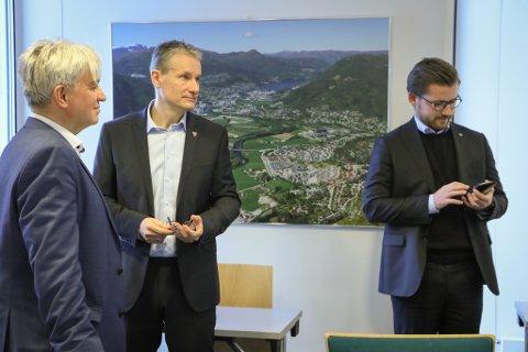 KJEM FREDSKORPSET? André Skjelstad (V), Olve Grotle (H) og Sveinung Rotevatn (V), gjekk 14. februar langt i å snakke om nye arbeidsplassar i Førde. Men ingen veit enno om dei kjem.