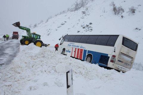 Buss feia av vegen av fonnvind i Våtedalen.