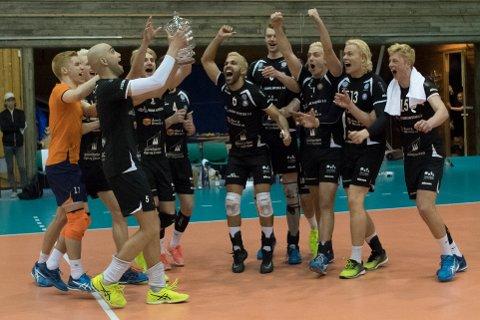 GULL: Førde knuste Tromsø i seriefinalen i volleyball. Her feirar dei det fortente gullet.